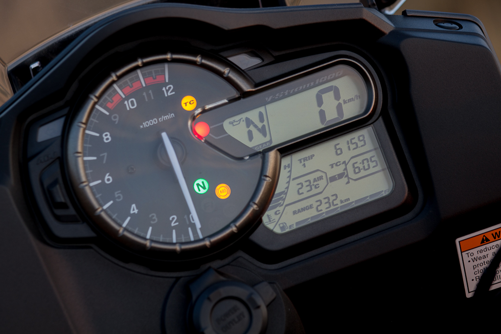 The instruments of the V-Strom 1000: Analogue tacho and LCD speedo